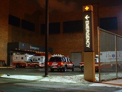 Příjezd k ED Lincolnovy nemocnice v Bronxu - sanity FDNY a vozidlo supervizora