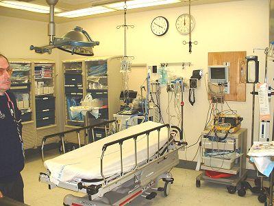 Trauma room ED Lincolnovy nemocnice v Bronxu. šiměte si velkých stopek vedle hodin na stěně vzadu.